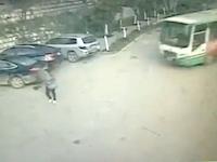 こんなバスの動き見たことねえ!どんな運転してんだバスと不運すぎた男性。