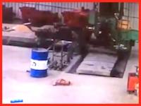 中国の紡績工場でとんでもない事故が撮影される。巻き込まれた作業員が大回転。