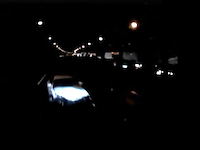 怖すぎ。高速道路のど真ん中に事故放置車両が(°_°)しかも夜間で無灯火無△無発煙