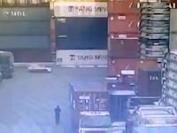 高く積まれていた貨物コンテナが倒れて走っていた車を直撃する恐ろしい事故。