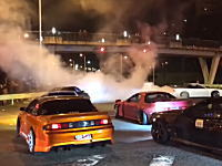 年越し暴走。大阪南港のドリフト族がパトカーに追突して破壊!その瞬間がギャラリーに撮影される。