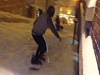 街中でスノーボードで滑っていた兄ちゃんがwww馬鹿だなあ(´・_・`)