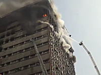 怖すぎる衝撃の瞬間。火災で高層ビルが崩れ落ちる瞬間がカメラに記録される。