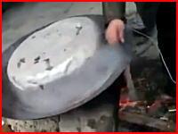 茹で犬に逃げられて楽しそうに笑う中国人のビデオが炎上中。衝撃映像注意。