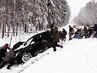 みんな張り切ってる(・∀・)雪道で滑って溝に落ちた車を近くにいたみんなで助ける動画。