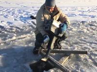 雪国の楽しみ方色々。氷の湖に回転サークルを作って楽しむ人たちの映像。