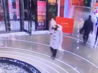 これはワロタwww歩きスマホが危険すぎる9秒動画。視界に入った時には既に遅し。