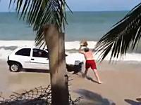 ビーチを暴走する車にパパさんがブチギレの一撃をくらわした動画。これはざまあww