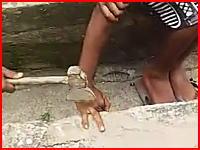 物を盗んだ罰として指二本を切断される男性のビデオ。衝撃度高め注意。
