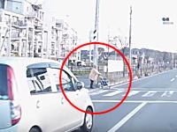 あっぶねえ!信号無視の軽自動車がシルバーカーを押すおばあちゃんを轢きかける。