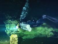 海水と淡水が綺麗に上下に分かれた不思議な洞窟に潜る。