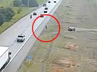 これは避けられないな。高速道路ジャンピング自殺の監視カメラ映像。