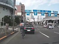 北品川の交差点で自転車の兄ちゃんが前輪ロック転倒(°_°)これは痛いドラレコ。