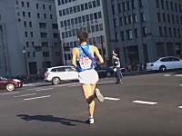 運営クズすぎwww箱根駅伝で選手が車に轢かれそうになるwwwあぶねえええ(°_°)