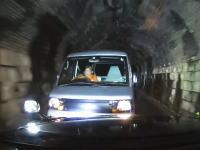 正面衝突寸前。狭いトンネルでおばさん運転の軽自動車が凄いスピードで突っ込んできた。