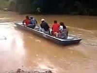 これ溺死事故かも。洪水で水没した道をボートで渡ろうとした人たちが(°_°)
