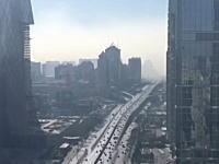 モヤが迫ってくる。北京の街がスモッグに覆われていく様子を100倍速で。
