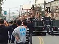 台湾の奇妙なお葬式動画。セクシーギャルズ50人が車の上でポールダンスwww