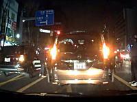こんな時あなたならどうする。前を走る車に急病人が発生!助けを求める家族と周りのドライバーたち。