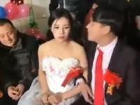 こんな嫌そうな花嫁みたことないwww嬉しそうな花婿とのギャップがつらすぎる(´・_・`)