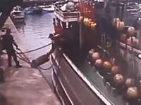 台湾で漁船が爆発して船長が爆死。その瞬間の映像が記録されていた監視カメラ映像。