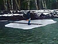 乗っていた氷ごと下流に流されていく釣り人(´・_・`)どうすんのこれ。