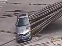 トラックの積荷に串刺しになるところだった車の映像。おっそろしい・・・。