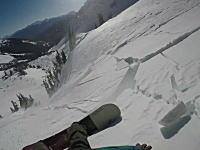 雪崩に巻き込まれるも装備していた雪崩エアバッグで助かったスノーボーダー。