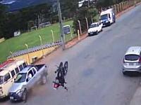 バイク事故。すんごい距離を飛ばされたのに軽傷?で済んだ奇跡のライダー。