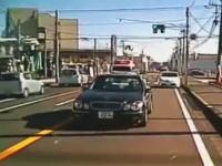 勘違いドライブ。この運転手は耳が聞こえないのかな(´・_・`)救急車を邪魔するベンツ。