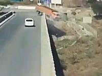 ヘッドから(°_°)真っ逆さまに(°_°)トラックが橋から落下する事故の映像が怖い。