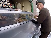北朝鮮のいま(2016)平壌でストリートフードを食べてみた動画。