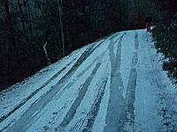 凍結路の恐怖。坂道が凍ってたら進めない止まれないだけじゃなくこうなる(°_°)
