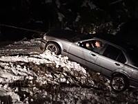 雪道で溝に落ちたBMWの引き上げ失敗で被害が拡大wwwこれは廃車かな(´・_・`)
