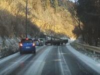 大分県で撮影されたアイスバーンの恐怖。完全に滑って速度が落ちることなく突っ込んでいく。