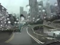 時空を超えた旅行者!?香港でどこから現れた事故がドラレコに記録される。