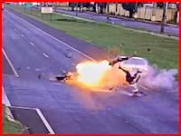 二人乗りのバイクと超速の直進車によるショッキングな事故のビデオ。