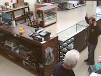 ざまぁwwwガンショップに押し入った強盗が店主に射殺される。