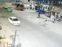 中国でとんでもない破壊力のトラックが撮影される。すげーなこれ。