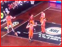 プロバスケットボールの試合で起きた選手の目玉が飛び出す事故の映像。