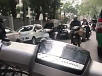 このバイクのすり抜け映像むちゃくちゃやん(°_°)超混雑する都心部をスクーターで激走。