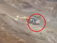 ユンボの二人が生き埋めになった大規模な土砂崩れの映像。こわすぎ。