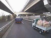どっちが悪い。船橋市の国道357号線で撮影されたすり抜けバイクとトラックの事故。