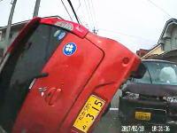 音量大注意。目の前で起きた出合い頭事故でクローバーマークの軽四が横転。