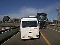 川崎市麻生で起きたダンプカーが車4台とバイクに突っ込む事故のドラレコ映像がキテタ。