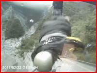 スクーターと正面衝突。ぶっ飛ばされた男性が20メートル落下して死亡の車載ビデオ。