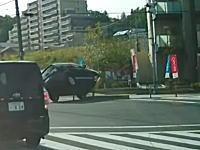 どこ見て運転してんのwww右折先の中央分離帯に乗り上げたアウトランダー。