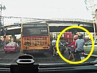こえええええ!バンコクですんごいドラレコが撮影される。鬼突っ込み&神回避。