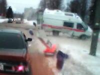 緊急走行中の救急車が交差点で事故って中身が飛び出す衝撃の映像。