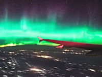 なにこれ凄い。飛行機の窓から撮影されたというオーロラが凄い。絶景。感動。